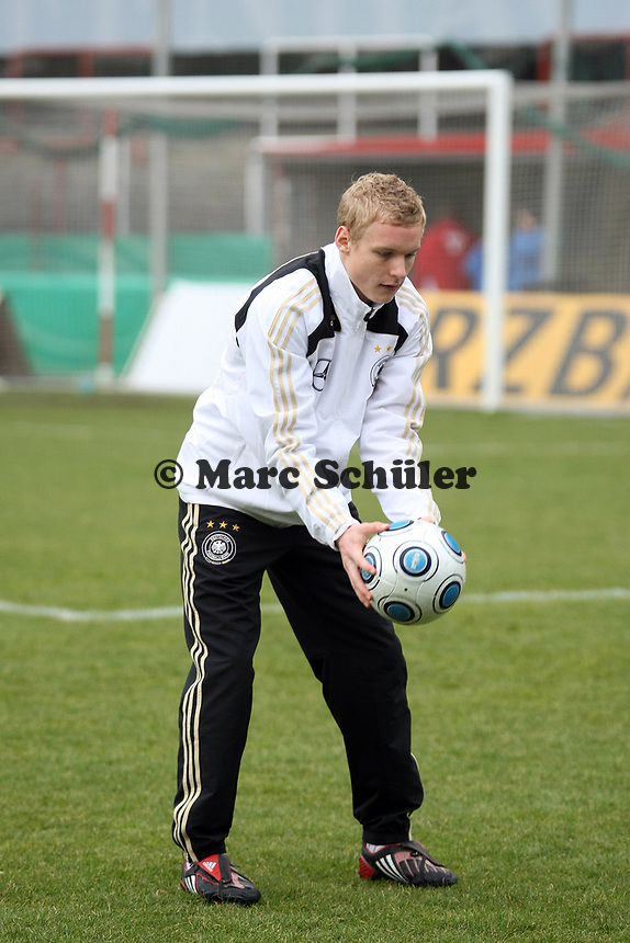 Sebastian Rode (Offenbach)<br /> Deutschland vs. Finnland, U19-Junioren<br /> *** Local Caption *** Foto ist honorarpflichtig! zzgl. gesetzl. MwSt. Auf Anfrage in hoeherer Qualitaet/Aufloesung. Belegexemplar an: Marc Schueler, Am Ziegelfalltor 4, 64625 Bensheim, Tel. +49 (0) 151 11 65 49 88, www.gameday-mediaservices.de. Email: marc.schueler@gameday-mediaservices.de, Bankverbindung: Volksbank Bergstrasse, Kto.: 151297, BLZ: 50960101