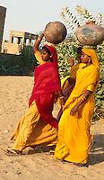 Indien, bei Jaisalmer (Rajasthan), Wasserträgerinnen