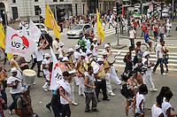SAO PAULO, SP, 10 DE FEVEREIRO DE 2012 - BLOCO CARNAVAL SIND COM -  Folioes se divertem no Bloco Carnavalesco do Sindicato dos Comerciantes de São Paulo. O Bloco passou pela região central na tarde desta sexta-feira levando a mensagem de cuidado com a transmissão da Aids. (FOTO: ALEXANDRE MOREIRA - NEWS FREE).