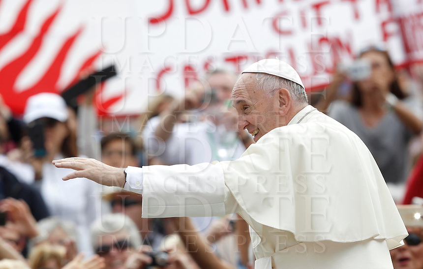 Papa Francesco saluta i fedeli al suo arrivo all'udienza generale del mercoledi' in Piazza San Pietro, Citta' del Vaticano, 7 settembre 2016.<br /> Pope Francis greets faithful as he arrives for his weekly general audience in St. Peter's Square at the Vatican, 7 September 2016.<br /> UPDATE IMAGES PRESS/Isabella Bonotto<br /> <br /> STRICTLY ONLY FOR EDITORIAL USE
