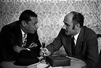 """17 mars 1970.  De passage à Toulouse,Henri Salvador présente son film en grande première avant Paris, """"et que çà saute!""""."""