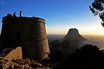 Spanien, Balearen, Ibiza (Eivissa): Turm Torre des Savinar und Inseln Es Vedrà + Es Vedranell | Spain, Balearic Islands, Ibiza (Eivissa): Tower Torre des Savinar and islands Es Vedrà and Es Vedranell