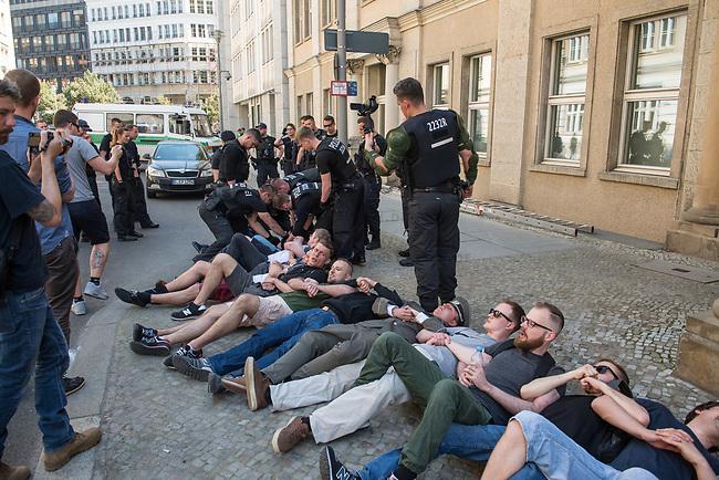 """Rechtsextreme """"Identitaere"""" versuchen Besetzung des Justizministerium.<br /> Am Freitag den 19. Mai 2017 versuchten ca. 40 Rechtsextremisten der sog. """"Identitaeren Bewegung"""" (IB) das Justizministerium zu besetzen. Sie setzten das Ministerium und den Justizminister Maas mit der Staatssicherheit der DDR gleich, hatten DDR-Fahnen dabei und trugen zum Teil DDR-Militaeruniformen.<br /> Die Neonazis scheiterten jedoch mit der Besetzung, da die Polizei im Vorfeld von der Aktion informiert war und rechtzeitig vor Ort war. Als die Polizei die Neonazis aufforderte zu gehen, legten die sich auf den Fußweg und skandierten """"Keine Gewalt"""" und Parolen gegen Fluechtlinge und fuer Deutschland. Daraufhin wurden die Neonazis einzeln abgefuehrt, durchsucht und erhielten einen Platzverweis.<br /> Im Bild 3.vr. mit Bart, Brille und gruener Hose: Robert Timm, Chef der Berliner """"Identitaeren"""".<br /> 19.5.2017, Berlin<br /> Copyright: Christian-Ditsch.de<br /> [Inhaltsveraendernde Manipulation des Fotos nur nach ausdruecklicher Genehmigung des Fotografen. Vereinbarungen ueber Abtretung von Persoenlichkeitsrechten/Model Release der abgebildeten Person/Personen liegen nicht vor. NO MODEL RELEASE! Nur fuer Redaktionelle Zwecke. Don't publish without copyright Christian-Ditsch.de, Veroeffentlichung nur mit Fotografennennung, sowie gegen Honorar, MwSt. und Beleg. Konto: I N G - D i B a, IBAN DE58500105175400192269, BIC INGDDEFFXXX, Kontakt: post@christian-ditsch.de<br /> Bei der Bearbeitung der Dateiinformationen darf die Urheberkennzeichnung in den EXIF- und  IPTC-Daten nicht entfernt werden, diese sind in digitalen Medien nach §95c UrhG rechtlich geschuetzt. Der Urhebervermerk wird gemaess §13 UrhG verlangt.]"""
