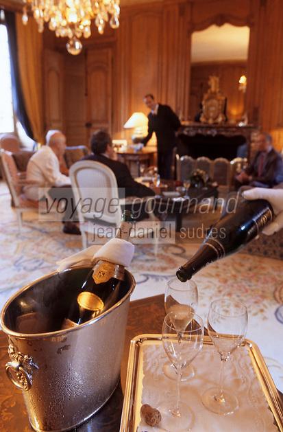 Europe/France/Champagne-Ardenne/51/Marne/Louvois: château Louvois - Maison de champagne Laurent Perrier - Service du champagne lors d'une soiré