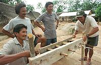 Corda  artesanal produzida por Índios Werekena no alto rio Xié, com fibras de piaçaba(Leopoldínia píassaba Wall). Os werekena usam um equipamento rudimentar que permite controlar as medidas da corda produzida.  A fibra , um dos principais produtos geradores de renda na região é coletada de forma rudimentar. Até hoje é utilizada na fabricação de cordas para embarcações, chapéus, artesanato e principalmente vassouras, que são vendidas em várias regiões do país.<br />Alto rio Xié, fronteira do Brasil com a Venezuela a cerca de 1.000Km oeste de Manaus.<br />06/06/2002.<br />Foto: Paulo Santos/Interfoto Expedição Werekena do Xié<br /> <br /> Os índios Baré e Werekena (ou Warekena) vivem principalmente ao longo do Rio Xié e alto curso do Rio Negro, para onde grande parte deles migrou compulsoriamente em razão do contato com os não-índios, cuja história foi marcada pela violência e a exploração do trabalho extrativista. Oriundos da família lingüística aruak, hoje falam uma língua franca, o nheengatu, difundida pelos carmelitas no período colonial. Integram a área cultural conhecida como Noroeste Amazônico. (ISA)