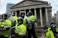 UK. London. 1st April 2009.. police hold back protesters outside the bank of england.©Andrew Testa for the New York times