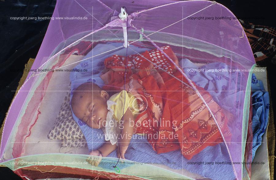 INDIEN Andamanen und Nikobaren Port Blair , Baby einer Familie von Nikobar Island unter Moskitonetz im Camp fuer evakuierte Nikobaresen nach Tsunami / INDIA Andaman and Nicobar Islands, Nicobarese baby under mosquito net in relief camp in Port Blair for Tsunami victims