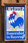 Deutschland, Bayern, Oberbayern, Chiemgau, Ruhpolding: Urlaub auf dem Bauernhof - Schild | Germany, Upper Bavaria, Chiemgau, Ruhpolding: sign for agrotourism