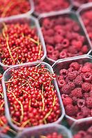 Europe/Europe/France/Midi-Pyrénées/46/Lot/Saint-Céré: Fruits rouges sur un étal du marché sur la Place du Mercadial