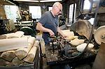 Foto: VidiPhoto<br /> <br /> HEINKENSZAND – Klompenmakerij Traas in Heinkenszand bestaat in 2022 140 jaar. De laatste klompenmaker van Zeeland, Jaap Kramer, heeft geen opvolger en doet vermoede pogingen om het klompenfabriekje om te bouwen naar een levend museum. In Nederland produceert nog maar een handjevol klompenmakers het wereldberoemde houten schoeisel.