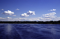 RUSSIA  Viaggio in battello da San Pietroburgo a Mosca lungo il Volga. Vista sul fiume e sugli alberi di una riva.