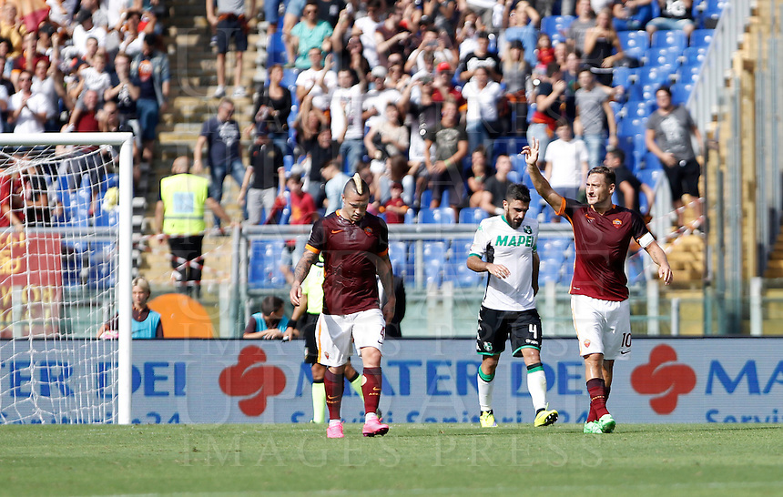 Calcio, Serie A: Roma vs Sassuolo. Roma, stadio Olimpico, 20 settembre 2015.<br /> Roma's Francesco Totti, right, celebrates after scoring during the Italian Serie A football match between Roma and Sassuolo at Rome's Olympic stadium, 20 September 2015.<br /> UPDATE IMAGES PRESS/Isabella Bonotto
