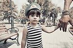 """Petite fille tenant la main de son père durant le jour des """"paratroopers"""", une troupe d'élite de l'armée russe, Donetsk, République Populaire de Donetsk, août 2017"""