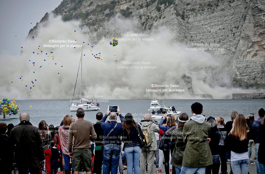 - NAPOLI 30 NOV 2014 -  Vico Equense, abbattuto dopo 50 anni l'ecomostro di Alimuri