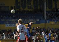 Fussball, 2. Bundesliga, Frauen. Lok Leipzig gegen HSV II. im Bild: Marlene Ebermann ist mit vollem Koepereinsatz beim Kopfball zur Stelle. .Foto: Alexander Bley