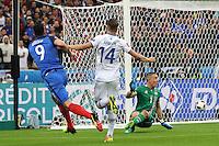 Olivier Giroud (Frankreich) trifft zum 1:0 durch die Beine von Hannes Halldorsson (Island) - UEFA EURO 2016: Frankreich vs. Island, Stade de France, Viertelfinale