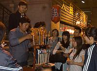 China, Peking (Beijing), Zuckerbläser auf Snackstreet hinter Kaufhaus Baihuo Dalou auf der Wangfujing Dajie