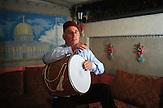 Farman Shakhbazov, ein bedeutender Davul Spieler aus Bischkek in Kirgisistan. Shakhbazov sagt er konnte als Kind nicht sitzenbleiben wenn er auf dem Tisch trommelte. Seine mutter habe Ihm sogar die Hände festgebunden, damit er sich nicht verletzt.  Sein erstes Schlagzeug bestand aus Töpfen und Pfannen . Shakhbazov erwarb sich sowohl traditionelle als auch zeitgenössische Drumming Techniken,  so das er mit Rockbands spielen konnte. / Farman Shakhbazov, an eminent davul player in Bishkek, Kyrgyzstan. Shakhbazov says he could barely sit when started drumming on the table with his palms as a child. His mom would even tie his hands so that he wouldn't injure himself. His first drum kit was assembled from pots and pans. Shakhbazov acquired both traditional and contemporary drumming techniques, which allowed him to join rock bands and win fame as a versatile drummer.