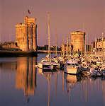 France, Poitou-Charentes, Charente-Maritime, La Rochelle: Vieux Port (The Old Harbour), with Tour St. Nicolas and Tour de la Chaine | Frankreich, Poitou-Charentes, Charente-Maritime, La Rochelle: Vieux Port (der alte Hafen), Hafenportal mit Tour St. Nicolas und Tour de la Chaine