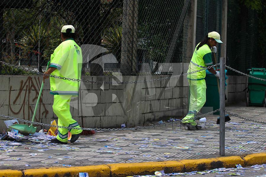 MOGI DAS CRUZES-SP-05,10,2014-ELEIÇÕES 2014/RUAS COMPLETAMENTE SUJAS-  Ruas, avenidas e locais de votação completamente tomados por panfletos de propaganda política. Flagrantes de pessoas escolhendo em quem irá votar e escorregando nas calçadas em meio a grande quantidade de papel jogado foram destaque nas eleições deste primeiro turno na cidade de Mogi das Cruzes, grande São Paulo, fim da manhã desse Domingo,05 (Foto: Jorge Andrade/Brazil Photo Press)