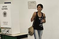 ATENCAO EDITOR: FOTO EMBARGADA PARA VEICULOS INTERNACIONAIS - SAO PAULO, SP, 28 DE OUTUBRO 2012 - ELEICOES 2012 - SONINHA FRANCINE - A ex candidata a prefeitura de SP, Soninha Francine,  vota em São Paulo,  no colegio PUC, regiao da  zona oeste da capital, nessa manha de domingo, 28- FOTO LOLA OLIVEIRA - BRAZIL PHOTO PRESS