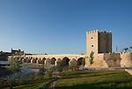 Puente Romano mit Torre La Calahorra, Cordoba (Stadt), Andalusien, Spanien