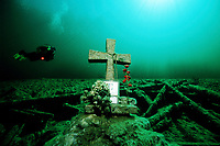 FERNSTEINSEE, NASSEREITH, AUSTRIA: Cross in memory of a dead diver © THOMAS AICHINGER - Visual & Written Death Water Diving Religion Memory Roses