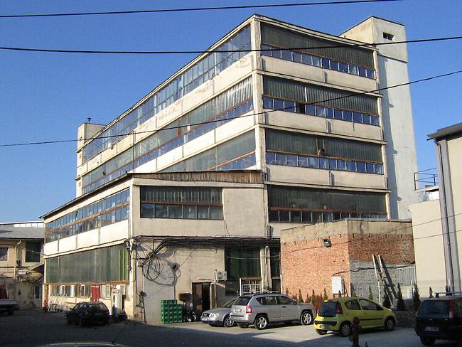 La Fabrica de Pensule est une ancienne fabrique de pinceaux réaccomodé en espace artistique. Dans cette ensemble de batiments que composent la fabrique, seul la grosse batisse est le batiment principale pour tous grands évènements.