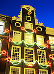 Netherlands, North Holland, Amsterdam: Christmas decorations on facade of canal - side house | Niederlande, Nordholland, Amsterdam: Weihnachtsbeleuchtung an Hausfront