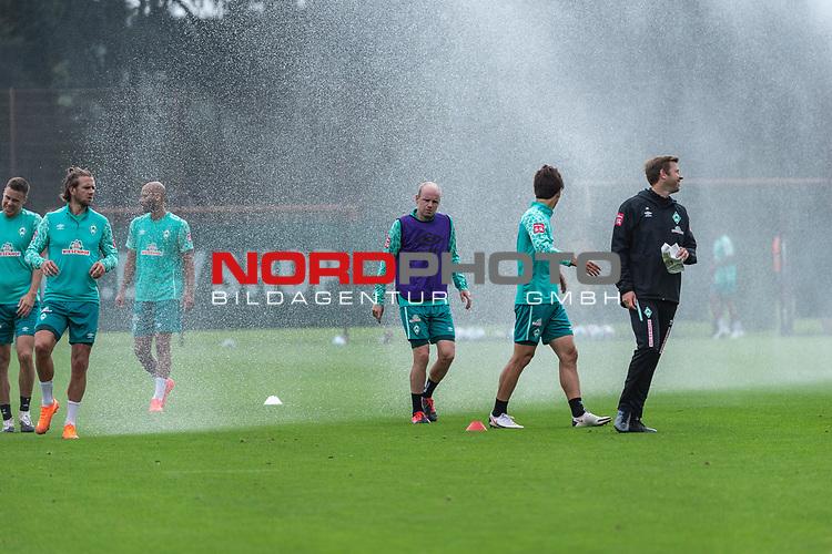 09.09.2020, Trainingsgelaende am wohninvest WESERSTADION - Platz 12, Bremen, GER, 1.FBL, Werder Bremen Training<br /> <br /> Wasserprenger - die SPIELER fluechten<br /> Davy Klaassen (Werder Bremen #30)<br /> Yuya Osako (Werder Bremen #08)<br /> Florian Kohfeldt (Trainer SV Werder Bremen)<br /> Ömer / Oemer Toprak (Werder Bremen #21)<br /> Niclas Füllkrug / Fuellkrug (Werder Bremen #11)<br /> Niklas Moisander (Werder Bremen #18 Kapitaen)<br /> <br /> <br /> <br /> Foto © nordphoto / Kokenge