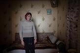 Maria Curmei ist starke Alkoholikerin und leidet an einer offenen<br />Form der Tuberkulose. Sie wurde über mehrere Wochen im<br />Krankenhaus von Chisinau behandelt und ist jetzt zurück im Haus<br />der Familie in Valtinet. Auch ihr Mann ist Alkoholiker und nicht in<br />der Lage, den Lebensunterhalt der Familie zu bestreiten. In Ihrem<br />kleinen Haus leben sie in beengten Verhältnissen zusammen mit<br />dem Bruder der Frau und ihren zwei Kindern, Gheorghe und<br />Vasile. Eigentlich müsste sie sich jeden Tag in der medizinischen<br />Versorgungsstation des Dorfes melden um dort unter ärztlicher<br />Aufsicht ihre medikamentöse Behandlung weiterzuführen. // Moldova is still the poorest country of Europe. Hopes to join the European Union are high. After progress in the past years tuberculosis is on the rise again. The number of new patients raise since 2010 and is on a level that has not been reached since the late 90s.