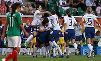 Wolfsburg , 270611 , FIFA / Frauen Weltmeisterschaft 2011 / Womens Worldcup 2011 , Gruppe B  ,  .England - Mexico .Torjubel England nach dem 1:0 durch Fara Williams .Foto:Karina Hessland .