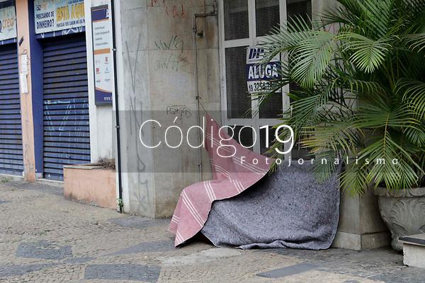 Campinas (SP), 20/08/2020 - Clima -  O frio chega com força ao Brasil a partir desta quinta-feira (20). A causa é uma massa de ar polar que vem acompanhada de muita chuva, o que faz a sensação térmica ser ainda mais congelante.<br /> Na foto moradores de rua se protegem na cidade de Campinas (SP).