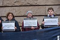"""Mahnwache zum Fall Burak Bektas.<br /> Am Freitag den 5. Februar 2016 versammelten sich Angehoerige und Freunde des 2012 in Berlin-Neukoelln ermordeten Burak Bektas und Mitglieder der """"Initiative fuer die Aufklaerung des Mordes an Burak"""" vor dem Amtsgericht in Berlin-Moabit zu einer Mahnwache. Anlass waren die Anfang Januar bekanntgewordene Details zu den bisherigen Ermittlungen in dem Mordfall. So leugnet nach Aussagen der Initiative und der Angehoerigen der zustaendige Berliner Staatsanwalt Dieter Horstmann die Existenz einer intern durchgefuehrten """"Operativen Fallanalyse"""", die ein rechtes/rasssistisches Motiv im Mordfall Burak Bektas als moegliche Tatversion benennt. Auch wird den Ueberlebenden des Mordanschlags eine Gegenueberstellung mit einem Tatverdaechtigen verwehrt, der wegen einem aehnlichen Mord unter dringendem Tatverdacht steht und im Zuge der Ermittlungen im Fall Burak Bektas aufgetaucht ist.<br /> Die Initiavive sowie die Angehoerigen und Anwaelte der Angehoerigen fordern, dass der der Fall dem zustaendigen Staatsanwalt Horstmann entzogen und an die Generalbundesanwaltschaft uebergeben wird!<br /> Der 22jaehrige Burak Bektas war 2012 in der Nacht zum 5. April auf offener Strasse erschossen, zwei Freunde von ihm ueberlebten das Attentat schwer verletzt.<br /> Links im Bild: Canan Bayran, MdA Buendnis 90/Gruene.<br /> 5.2.2016, Berlin<br /> Copyright: Christian-Ditsch.de<br /> [Inhaltsveraendernde Manipulation des Fotos nur nach ausdruecklicher Genehmigung des Fotografen. Vereinbarungen ueber Abtretung von Persoenlichkeitsrechten/Model Release der abgebildeten Person/Personen liegen nicht vor. NO MODEL RELEASE! Nur fuer Redaktionelle Zwecke. Don't publish without copyright Christian-Ditsch.de, Veroeffentlichung nur mit Fotografennennung, sowie gegen Honorar, MwSt. und Beleg. Konto: I N G - D i B a, IBAN DE58500105175400192269, BIC INGDDEFFXXX, Kontakt: post@christian-ditsch.de<br /> Bei der Bearbeitung der Dateiinformationen darf die Urheberkennzeichnun"""