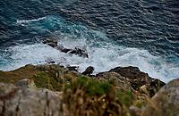 Blick hinunter zum Meer - Brandung am Kap von Finisterre (Finisterra) am Faro. Foto: Norman Rembarz