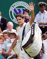 26-6-09, England, London, Wimbledon, Roger Federer waves to the crowd after defeating Kohlschreiber