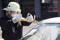 4. Erlebnistag der Feuerwehr Gross-Gerau<br /> Nancy Bosse schlägt die Frontscheibe ein beim Aufschneiden eines Autos und sägt das Glas <br /> Foto: Vollformat/Marc Schüler, Schäfergasse 5, 65428 Rüsselsheim, Fon 0151/11654988, Bankverbindung Kreissparkasse Gross Gerau BLZ. 50852553 , KTO. 16003352. Alle Honorare zzgl. 7% MwSt.