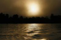 Pará,Brasil. Moradores das margens do Rio Guamá, O rio Guamá é um curso de água localizado no nordeste do estado do Pará, Brasil. Sua bacia hidrográfica drena uma área de 87.389,54 km². A navegabilidade é viável nos últimos 160 Km do rio, do município de são Miguel do Guamá à sua foz no rio Pará, já próximo a baía do Guajará. Entre seus afluentes, destacam-se os rios Acará, Capim e Moju.No rio Guamá costuma ocorrer o fenômeno da pororoca. Foto Ney Marcondes/Arquivo Pessoal