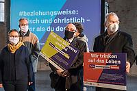 Mit einer Plakat-Kampagne wollen die evangelische und katholische Kirche im Jahr 2021 ein sichtbares Zeichen gegen Antisemitismus setzen. Sie wendet sich insbesondere an die Gemeinden und kirchlichen Einrichtungen. Kernanliegen der Kampagne ist es, die Gemeinsamkeiten zwischen Juden und Christen in den Festen und im religioesen Leben aufzuzeigen, um gegen den zunehmenden Antisemitismus klar Stellung zu beziehen, der auch christliche Wurzeln hat.<br /> Im Bild vlnr.: Generalsuperintendentin fuer den Sprengel Berlin der Evangelischen Kirche Berlin-Brandenburg-schlesische Oberlausitz, Ulrike Trautwein; Rabbi Dr. Andreas Nachama; Volker Beck, Publizist und ehem. MbB (Gruene). Hinten links: Pfarrer Dr. Andreas Goetze.<br /> 11.11.2020, Berlin<br /> Copyright: Christian-Ditsch.de