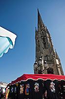 Europe/France/Aquitaine/33/Gironde/Bordeaux: Quartier Saint Michel . - Le clocher  de l' église Saint Michel , style gothique flamboyant ( 15 ème.) et le marché de St Michel