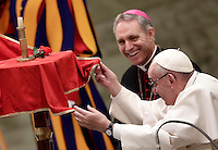 Papa Francesco assiste all'esibizione di un artista del Golden Circus al termine dell'Udienza Generale del mercoledì in Aula Paolo VI in Vaticano, 28 dicembre 2016.<br /> Pope Francis looks at a performance of a member of the Golden Circus at the end of his weekly general audience in Paul VI Hall at the Vatican on December 28, 2016.<br /> UPDATE IMAGES PRESS/Isabella Bonotto<br /> <br /> STRICTLY ONLY FOR EDITORIAL USE