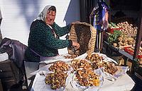 Europe/Pologne/Varsovie: Le marché de la halle Mirowska - Marchande de cèpes