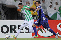 MEDELLÍN -COLOMBIA-08-05-2014. Edwin Cardona (Izq) de Atlético Nacional de Colombia disputa el balon con Robert Herrera (Der) de Defensor Sporting de Uruguay durante el partido de ida por los cuartos de final de la Copa Bridgestone Libertadores 2014 jugado en el estadio Atanasio Girardot de Medellín, Colombia./ Edwin Cardona (L) player of Atletico Nacional of Colombia battles for the ball with Robert Herrera (R) of Defensor Sporting of Uruguay during first leg match for the quaterfinals of the Copa Libertadores championship 2014 played at Atanasio Girardot stadium in Medellin, Colombia. Photo: VizzorImage/ Luis Ríos /STR