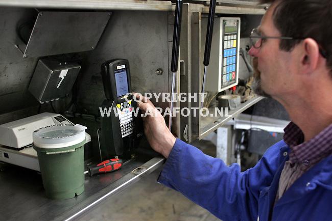 barneveld030106 Een monteur regelt het nieuwe agr/gps-systeem in in een mesttankwagen.<br />foto frans ypma apa-foto