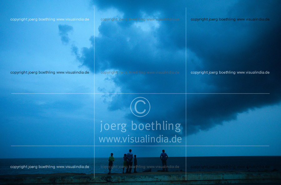 INDIA Pondicherry, clouds at indian ocean during monsoon  / INDIEN Pondicherry, ehemalige franzoesische Kolonie in Indien , Monsun Wolken, Unwetter am Meer indischer Ozean