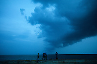 INDIA Pondicherry, clouds at indian ocean during monsoon  / INDIEN Pondicherry, ehemalige franzoesische Kolonie in Indien , Monsun Wolken, Unwetter am Meer indischer Ozean