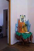 Eine Madonna an der Tür zum Kindergarten der Waldorfschule von Rosia. / Eine der 25 Waldorfschulen Rumäniens liegt in dem fast ausschließlich von Roma bewohnten Dorf Rosia in der Mitte des Landes. Anders als in Deutschland kommen die Schüler nicht aus bürgerlichen Familien, sondern meist aus einfachen Verhältnissen.