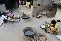 INDIA West Bengal, people prepare food in dalit village Kustora / INDIEN Westbengalen , Dalit Dorf Kustora , Frauen bereiten Essen zu