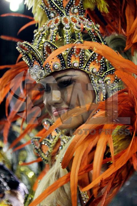 SÃO PAULO, SP, 04 DE MARÇO DE 2011 - CARNAVAL 2011 - Desfile da Rosas de Ouro <br /> Ellen Roche durante desfile da escola Rosas de Ouro  no Sambódromo do Anhembi, zona norte da capital paulista, nesta sexta-feira. (FOTO:ALE VIANNA / NEWS FREE).