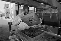 - Senegalese immigrant working in a foundry....- immigrato senegalese lavora in una fonderia